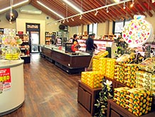 物産販売館と農産物販売館は似たような建物で、案内看板を見てやっと違いが分かりました。入口は外観に合わせた格子戸で、ちょっと閉鎖感があります。