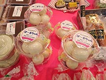 丸いゴム風船で豆腐を包んだユニークな一品で、その名も『風船とうふ ぱーるちゃん』。爪楊枝で風船を割って食べるのですが、子どもが楽しみながら食べられるアイデア商品です。