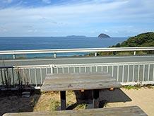 屋外の休憩コーナーから見える光景です。レストランの名前が付いた鯖島は右手前のこんもり盛り上がった島で、近くにあるように見えますが海岸から3.9km離れています。