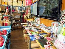情報コーナーは特産品販売コーナーの片隅にあって、パンフレットやモニターはあるものの休憩場所として利用はできません。