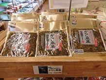 福岡県築上郡の地元農家が作る高菜と、江戸時代に内藤新宿(現在の東京・新宿1丁目から3丁目付近)が発祥の八房唐辛子を使用した『おかず高菜』。漬物としてだけでなくご飯のお供としてどうぞ。
