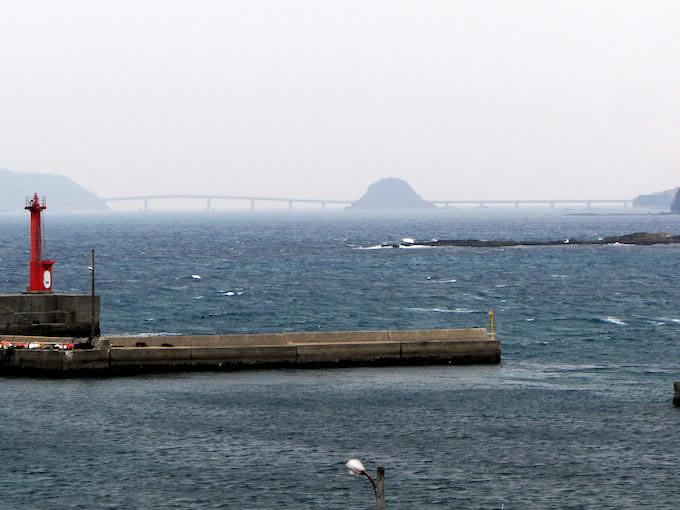 レストランや情報コーナーの休憩場所から角島大橋が望めます。訪れた日は曇天でしたのですっきりは見えませんでしたが、海が青く見える時期に訪れたいものです。