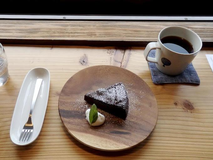 やばけい情報館の2階にある『道café』では、注文を受けてから一杯ずつ丁寧にドリップしたこだわりのコーヒーを楽しめます。地場産の材料を使用したスイーツと一緒にどうぞ。