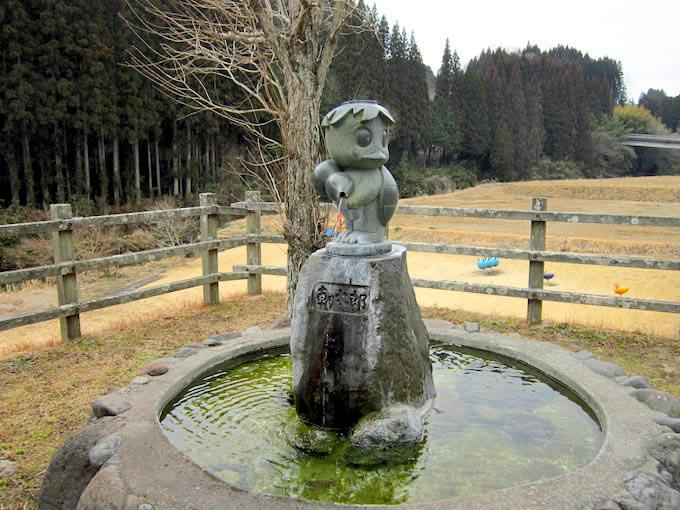 江戸時代に道の駅裏手を流れる平井川に住んでいて、旅人に悪さを働いたカッパをモチーフに作られた子供カッパ。道の駅あさじでは、イメージキャラクターとしてお土産などに印刷されています。