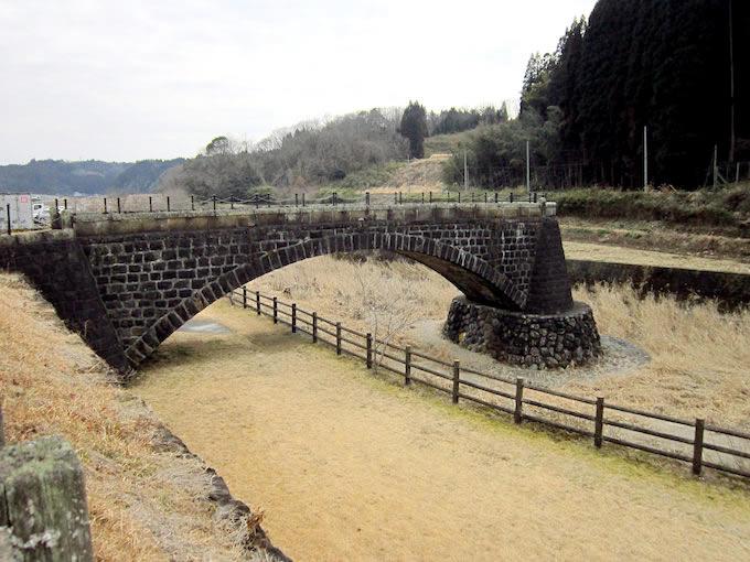 平井川には中途半端な橋(中渡橋)がありますが、川幅の拡幅工事で取り壊される石橋をここに移設させたもの。九州では石橋が多くあり、地元では役目を終えてもこの様に保存されることがあります。