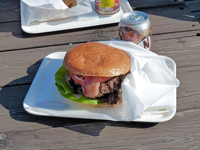 併設されている屋台『BINGO』のスーパービンゴバーガー。千葉のB級グルメとして有名で、見て楽しむ、食べて楽しむ、そして満腹感を楽しむといった三拍子そろったハンバーガーです。
