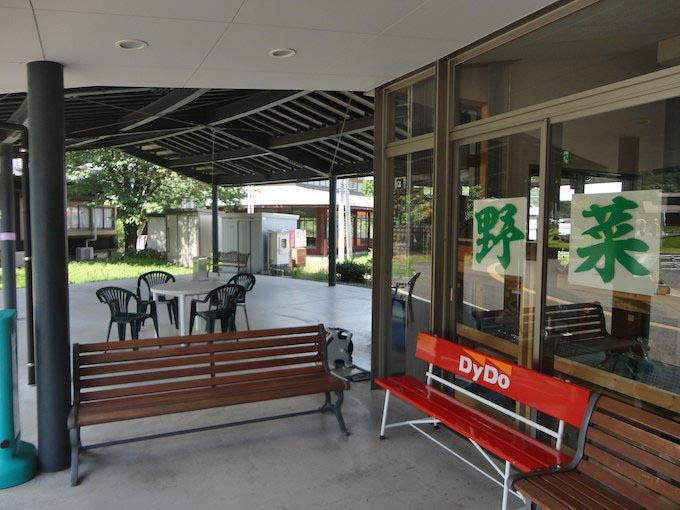 道の駅には農産物直売所もありますが、他の駅と比べると規模はかなり小さめ。外にはベンチがあり屋根下で休憩することもできます。