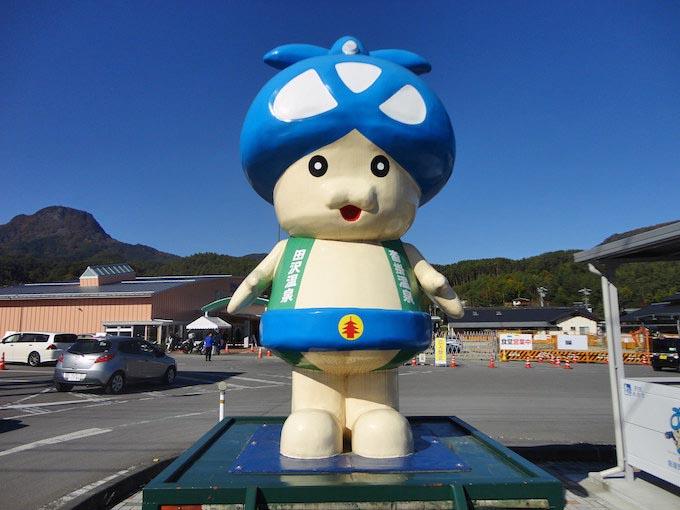 道の駅入り口で出迎えてくれるのは、青木村マスコットキャラクターの『アオキノコ』ちゃん。頭の笠部分は村章になっています。山に囲まれた土地柄なため、山菜、きのこも豊富に採れます、人気NO.1は松茸です。