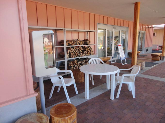 直売所脇の休憩コーナーは少人数なら利用可能です。多人数なら向かいの公園へ行きましょう。長野県では薪ストーブの普及が多いのか薪の販売をよく目にします。