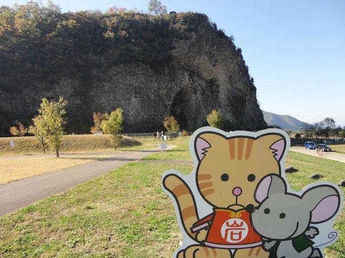 奥に見えるのが奇石『岩鼻』。鼻の穴にみえるでしょう!?横から登ると公園と展望台があり、上田市と千曲川が見渡せます。手前の二匹はおとぎの里マスコットのにゃんとちゅー。