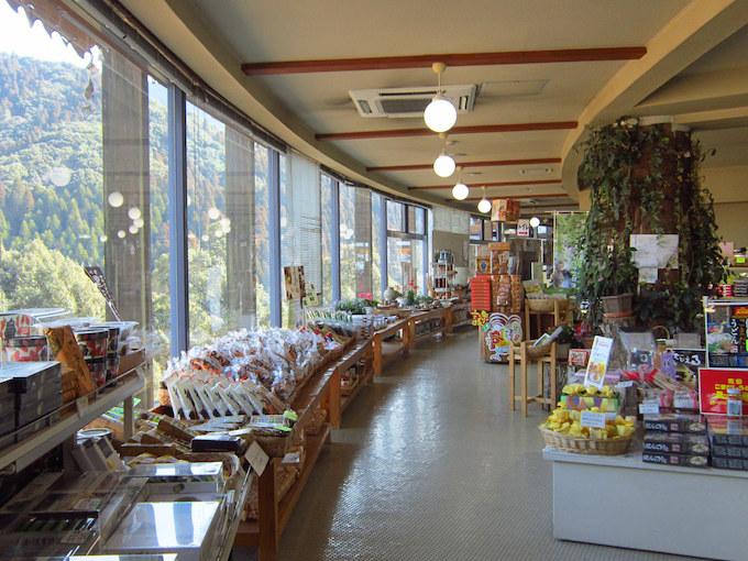 物産販売コーナーはレストハウスうめりあの中にあります。周りの風景を眺めながら買い物ができます。