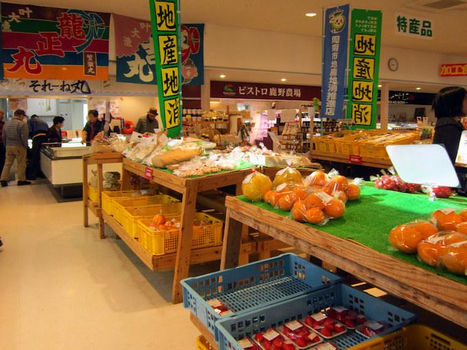 直営の物産販売『とれたて市場ゆ-とぴあ』では、野菜やお土産類を販売しています。奥に見えるのはテナントの食品販売コーナーです。