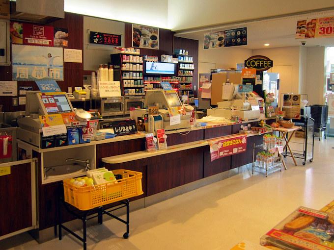 直営店の『生活彩家』はコンビニ風で、物産販売コーナーと同じスペースにあって24時間営業しています。