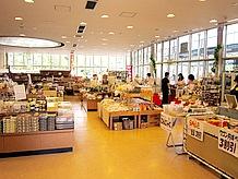 窓が大きく明るい室内の名産品販売コーナーでは、ゆったりとしたスペースに商品が並べられています。