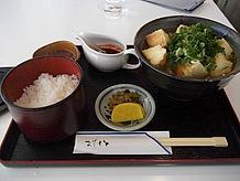 地元名物の揚げ豆腐「雷豆腐」を使ったうどん。その名の由来は大きな豆腐を一気に高温で揚げた時の音が雷のようだからです。七味を使わずピリ辛ソースで一味違います。