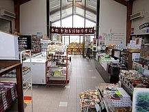 天窓から太陽の光が降り注ぐ豊楽館の物産販売コーナーは、みなかみ町の物産を中心に販売されています。