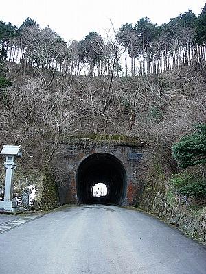 ししどの窟トンネル。椿ラインから脇道に入ったトンネル。出口にししどの窟の入口がある。
