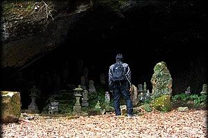 入口から10分ほど道を下ると窟に辿り着く。歴史を感じる窟。清水の落ちる音が何ともいえない雰囲気を醸しだしている。
