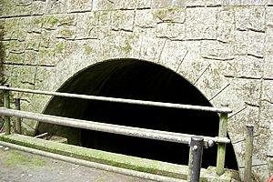 湖尻水門の近くにある農業用水。裾野市へと注がれる水路は江戸時代に当時の最先端技術を用いて掘られたもの。