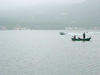 芦ノ湖は噴火によってせき止められて出来た湖。遊覧船やバス釣りで有名。