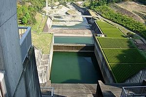 かながわの景勝50選や関東の富士見100景、ダム湖百選にも選ばれている美しい人造湖。サイクリングや釣り、ボートなども楽しむことができる。