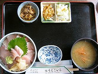「うろこいち」のびんちょうハラス丼(1250円)。