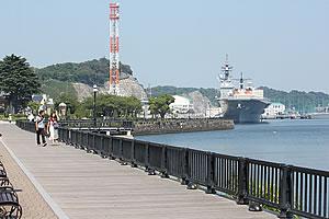 海上自衛隊の護衛艦が眺められるヴェルニー公園。反対側には潜水艦の姿も見られました。