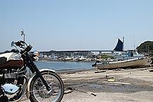 城ヶ島の漁村から見た城ヶ島大橋。ここでは海鮮物の直売なんかもやっていました。サドルバッグが欲しい……。