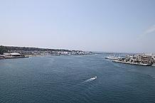 城ヶ島大橋の上から島全体を見下ろした景色です。青空と大海原と、爽快な景色を見ているだけで癒されますね。