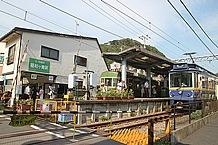 江ノ島電鉄・稲村ヶ崎駅にて、レトロな雰囲気の江ノ電が並びました。鎌倉に来た、って気分になれますね(笑)。
