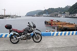 岩漁港の風景。半島の緑は歴史ある魚付き保安林。