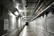 宮ヶ瀬ダムの全貌を舐めるように見られる無料エレベーター『インクライン』で移動。片道利用をするのも一興です。ダムと公園の移動は『ロードトレイン愛ちゃん号(片道200円)』で。駐車場はハイシーズンには利用料が有料になります。