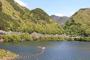 塩川ダムはとても大きな人造湖。あまり知られていないようで、静寂に包まれていました。