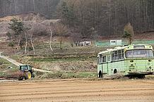 南相木村から川上村にかけて走り抜け、少し疲れが出てきたら路傍で休みます。コンビニなど見あたりません。すると、畑の中にバスが。もの悲しいけれど、素敵な写真が撮れました。