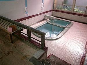 日奈久温泉の日帰り湯はお昼からの営業が多い中、松の湯は朝からあいてますよ。外に番台があって、風情があります。