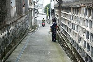 江戸時代から現存する当時のなまこ壁に沿う潮見坂。この坂から海を監視し出漁を決めたそうです。