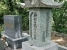 御船千鶴子さんのお墓には花が手向けられた跡がありました。26歳になってすぐ亡くなられたようです。短い生涯だったのですね、合掌。
