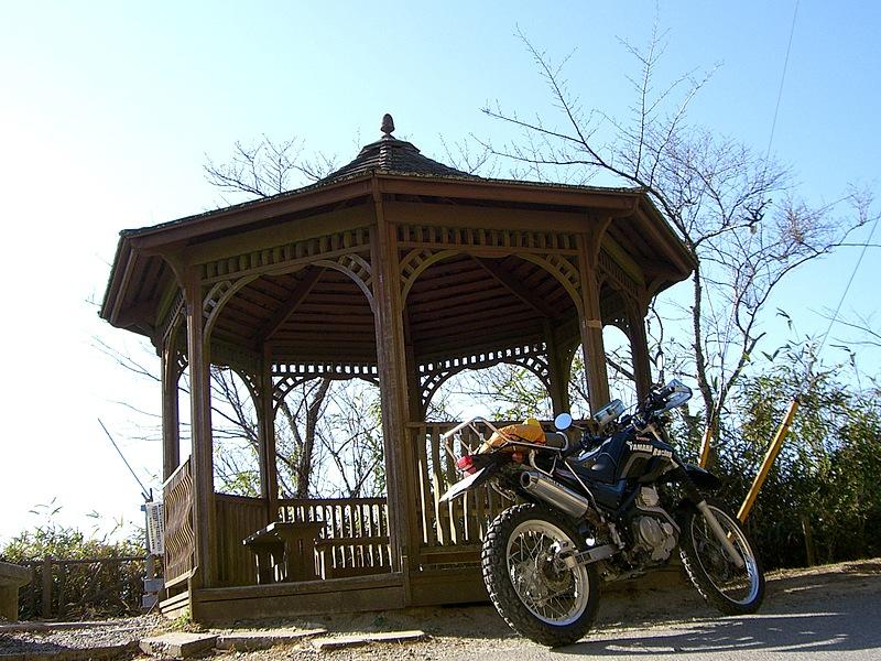 林道大福山線起点のすぐ北側に建つ、日高誠実顕彰碑とアジアンチックな東屋。大福山の山頂も近く、梅ヶ瀬の谷と房総の山々を展望