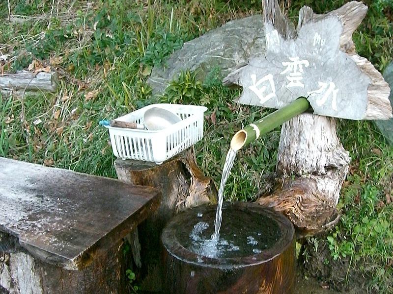 ①の分岐にある「白雲水」。冷たくて美味しい湧水で水受けも清潔。林道分岐の目印にするといいが、低い位置にあるので見落とさないように