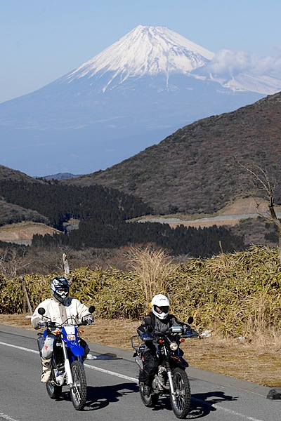 伊豆半島の山間部にある仁科峠。標高900m、360度のパノラマは素晴らしく、駿河湾、天城連山、富士山を望む。交通量が少なく快適で、春にはあわい桃色の山桜も咲きほこる。