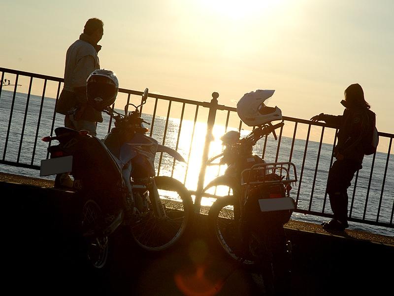 夕日スポットの旅人岬に来た。波の音をBGMに海を見つめる。ねえ、笑いこらえてない?