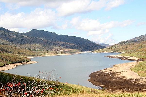 上信越高原国立公園内にある野反湖は標高1514mにある周囲12kmの人工湖。2000m級の山岳に囲まれ、湿原、草原の豊かな自然に満たされている。湖からの眺めは爽快で、季節が訪れると高山植物が湖周辺を可憐に彩る