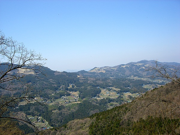 笠山の西側を通る。眼下には小川町、遥か北に遠望するのは、群馬県に鎮座する百名山の赤城山? だとしたら、こんどは向こうの峰から笠山を見たくなった