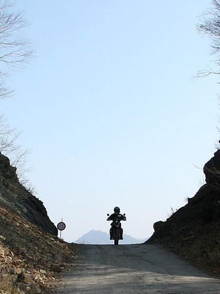 秩父多摩甲斐国立公園内にある中津川林道。この林道は、秩父市と大滝村が合併し、「市道17号線」となった今でも、中津川林道と呼ばれ親しまれている。写真は長野県川上村側から見た三国峠の切通しで、奥が埼玉県。みごとな紅葉のあと、積雪期は閉鎖される