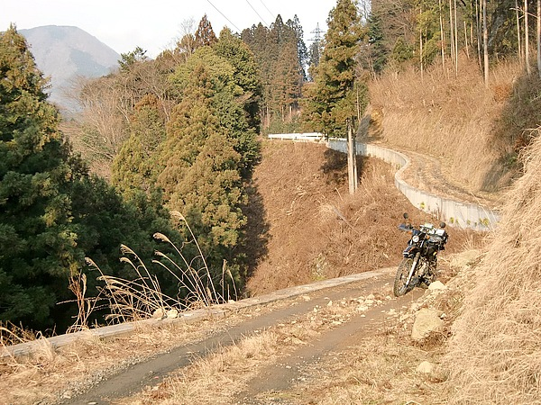 東京都の癒しスポット奥多摩にある林道井戸入線。ピストンが多い東京の林道において、通り抜けられるのはうれしい。斜面に延びる林道で、見晴らしの良い尾根を走る所もある。奥多摩湖の西側で展開する林道をルートに追加するという手もある