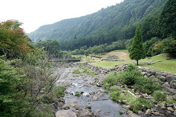 水神社を桃沢川の渓流沿いに下った場所にある「水と緑の杜公園」。川の地形を生かし広々とした公園で、東屋で休憩したり芝生の上で横になったり、愛鷹山の自然を満喫できる。下流には桃沢キャンプ場もある