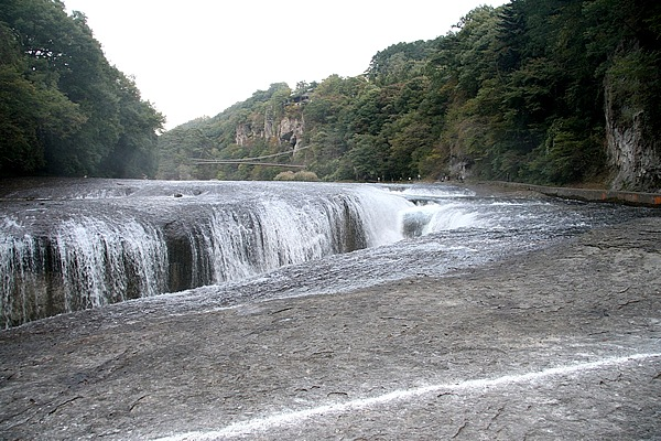 片品川にかかる、国の天然記念物「吹割の滝」。河床にある高さ7m、幅30mほどのV字谷に向い、三方から河川が豪快に落下、水しぶきが吹き上げる。その様子は圧巻で、「東洋のナイアガラ」と呼ばれるにふさわしかった