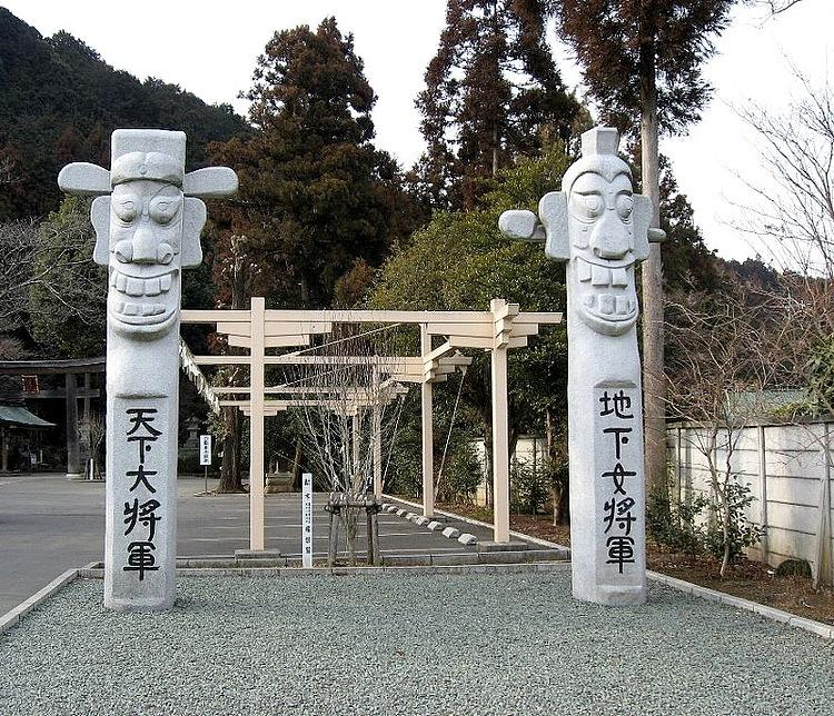 目に見えない世界まで、全てを守る魔除け「将軍標」。朝鮮、韓国の村落に見られる境界標で、日本ではこの高麗神社のものが有名