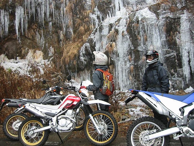 標高1800mほどの毛無峠付近は、麓より気温が低くなるので滝が凍結する