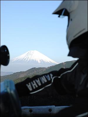 この林道の富士山ビューポイントはわずか1か所。それも天気が良くないと拝めない。寒いこの季節は、空気が澄んでいて綺麗な富士山が見える。
